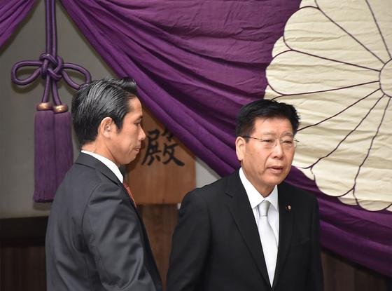 에토 세이이치 1억총활약담당 겸 오키나와 ·북방영토 담당상(오른쪽)이 17일 야스쿠니 신사를 참배하고 있다. 일본 각료의 야스쿠니 참배는 2년 6개월 만이다. [지지/AFP=연합뉴스]