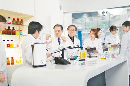 김영귀(왼쪽 두 번째) 대표는 40년간 수소 제품을 연구·개발하고 있다.