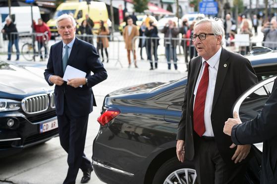 장클로드 융커 EU 집행위원장(오른쪽)과 미셸 바르니에 브렉시트 협상 EU 수석대표가 EU 정상회의장에 도착하고 있다. [AFP=연합뉴스]
