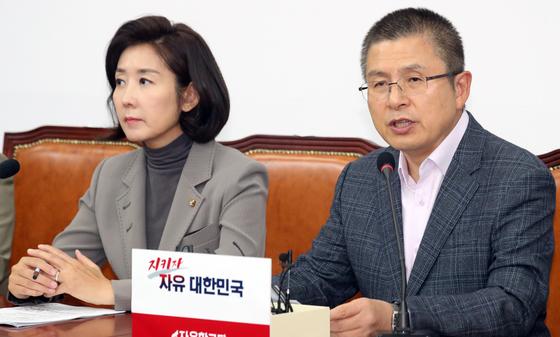 황교안 자유한국당 대표가 17일 서울 여의도 국회에서 열린 최고위원회의에서 모두발언을 하고 있다.