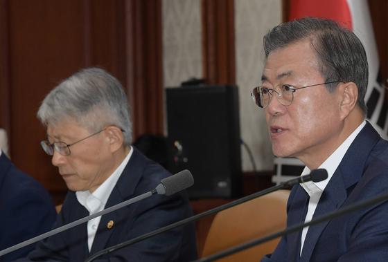 문재인 대통령이 17일 정부서울청사에서 열린 경제관계장관회의에 참석해 모두발언을 하고 있다. 청와대 사진기자단
