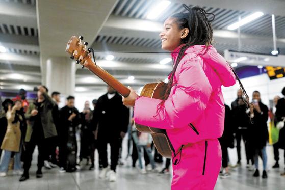 '프라다 리네아 로사'가 독특하고 현대적인 패션을 새롭게 선보 였다. 사진은 지난 7일 프라다와 협업해 미국의 배우 겸 가수인 윌로우 스미스가 영국 런던에서 공연하는 모습. [사진 프라다]