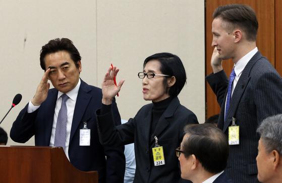 피우진 전 국가보훈처장(가운데)이 18일 국회에서 열린 정무위원회 국정감사에 출석했으나 증인선서와 증언을 거부했다. 변선구 기자