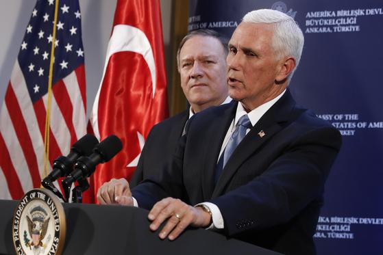 마이크 펜스 미 부통령이 17일(현지시간) 주터키 미대사관에서 기자회견을 열고 터키가 휴전에 합의했다고 밝혔다. [AP=연합]
