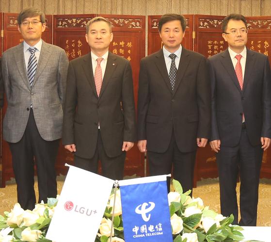 하현회 LG유플러스 부회장(왼쪽에서 두번째)과 커루이원 차이나텔레콤 사장(왼쪽에서 세번째) 등이 중국 베이징 차이나텔레콤 본사에서 전략적 제휴식를 맺은 뒤 기념촬영하고 있다. [사진 LG유플러스]