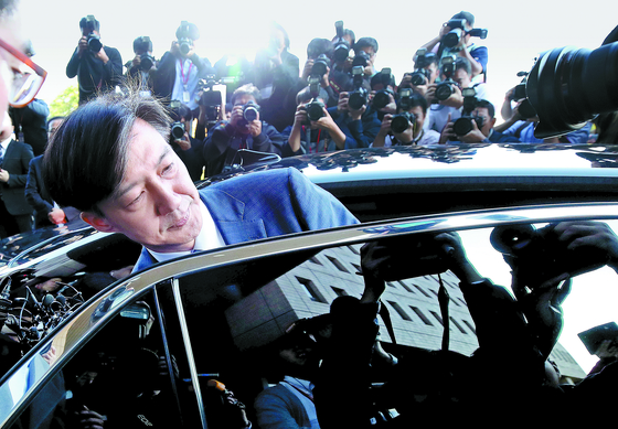 전격적으로 사의를 밝힌 조국 법무부 장관이 14일 오후 과천 법무부 청사를 나와 차량에 탑승하고 있다. [연합뉴스]