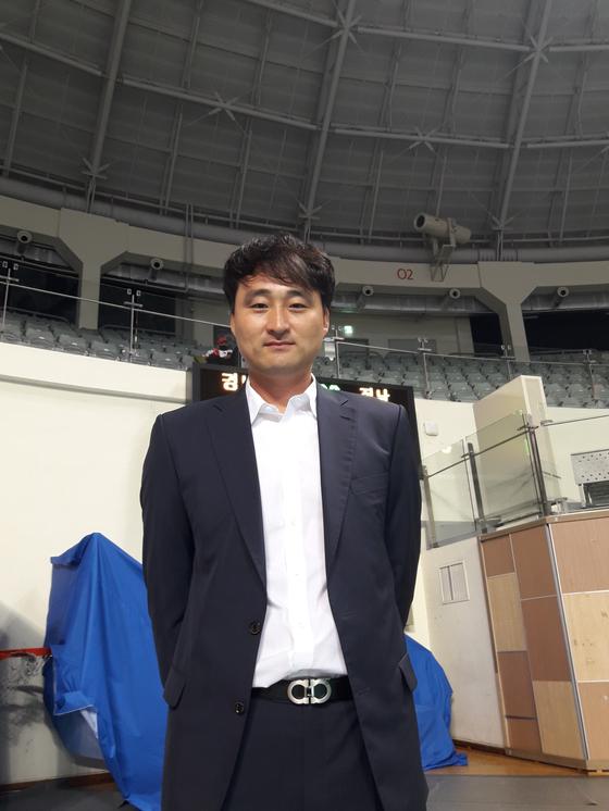 경기복 대신 양복을 입은 이경수 목포대 감독. 김효경 기자