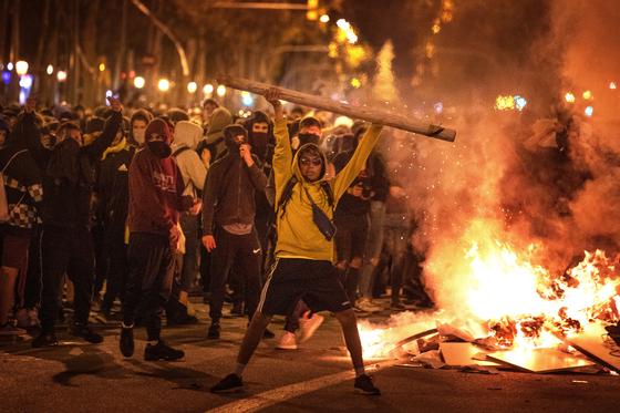 점점 격렬해지고 있는 카탈루냐 시위 [AP=연합뉴스]