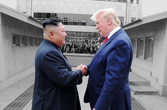 지난 6월 30일 판문점 북측 지역에서 악수하는 김정은 북한 국무위원장과 도널드 트럼프 미국 대통령. 문재인 대통령은 이날 판문점 남측 지역에서 열린 북·미 정상회담에 참석하지 못 했다. [조선중앙통신=연합뉴스]