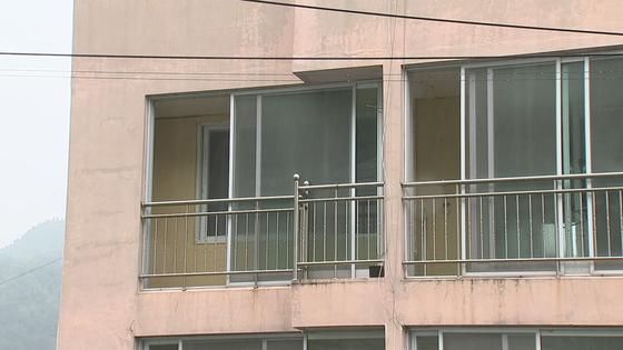 경남 창원 마산회원구 내서읍에 있는 한 빌라. 경찰이 도박 신고를 받고 단속을 하는 과정에서 불법체류자 2명이 도주하다 떨어져 죽거나 다쳤다. 위성욱 기자