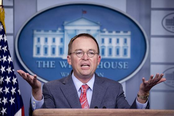 """믹 멀베이니 백악관 비서실장 대행이 17일 회견에서 """"우크라이나 군사원조를 보류했던 부분적 이유는 민주당 전국위 서버 때문""""이라고 말했다.[EPA=연합뉴스]"""