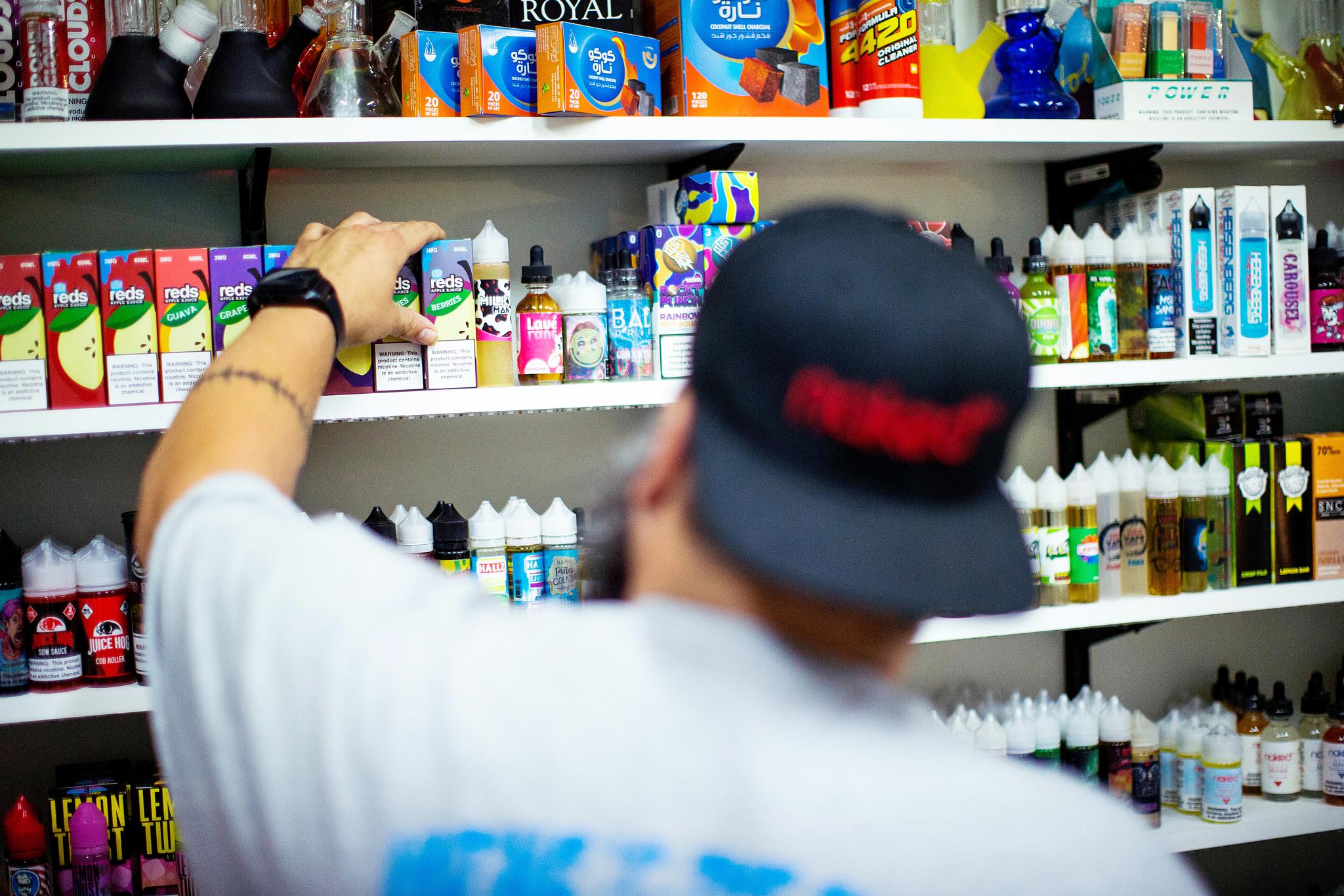지난달 미국 뉴저지주의 한 상점에서 점원이 전자담배를 정리하고 있다. [로이터=연합뉴스]