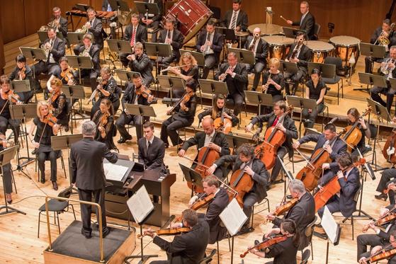 헝가리의 죄르 필하모닉은 2009년 지휘자 칼만 베르케시가 예술감독을 맡은 후 세계 여러나라의 연주자와 협업하고 있다. [사진 오푸스]