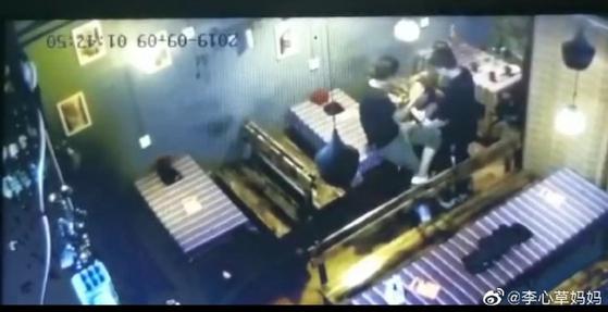 지난 9월 9일 새벽, 중국 윈난성 쿤밍시의 한 주점 CCTV. 고 이심초양이 남성 2명에 성추행과 폭행을 당하는 장면이 담겼다. [이심초어머니 웨이보 캡쳐]