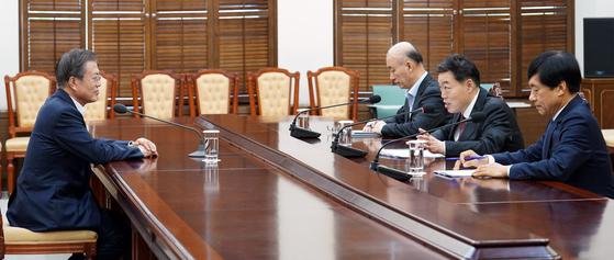 김오수 법무부 차관(오른쪽 두 번째)이 16일 오후 청와대 여민관 소회의실에서 문재인 대통령에게 현안 보고를 하고 있다. 오른쪽은 이성윤 검찰국장. 오른쪽 세 번째는 김조원 민정수석. [사진 청와대]