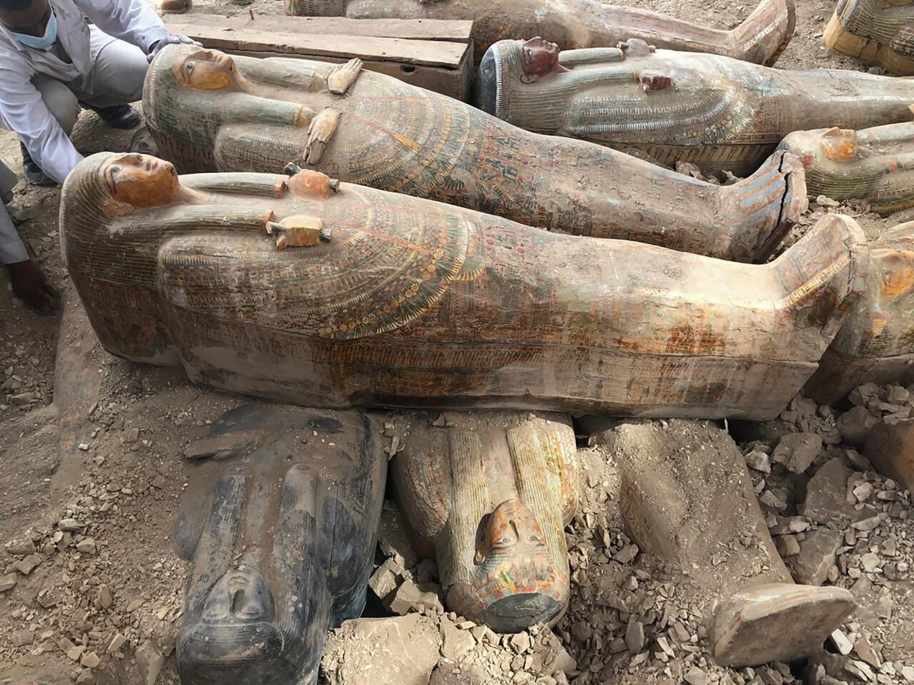 """이집트 유물부는 16일 """"20여 개의 목관이 룩소르 남부의 소도시 아사시프 네크로폴리스에서 나왔다""""며 """"최근 고고학적 발견 중 가장 의미가 있다""""고 밝혔다. 고대 목관들은 채색 그림이 그려져 있다. [AP=연합뉴스]."""