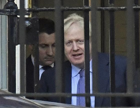 """영국 보리스 존슨 총리가 17일(현지시간) 관저를 나서고 있다. 존슨 총리는 이날 트위터를 통해 '우리는 통제권을 되찾는 훌륭한 새 (브렉시트) 합의를 했다""""고 밝혔다. [로이터=연합뉴스]"""