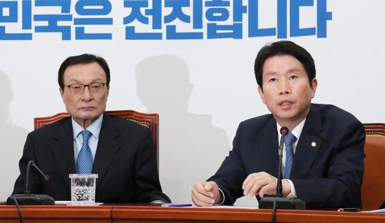 더불어민주당 이인영 원내대표가 18일 오전 국회에서 열린 최고위원회의에서 발언하고 있다. 왼쪽은 이해찬 대표[연합뉴스]
