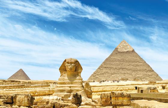 스핑크스는 이집트의 상징과도 같다. 많은 스핑크스가 세워졌는데 기자에 남아 있는 것이 가장 크고 유명하다. 스핑크스의 얼굴은 카프레왕의 모습을 본떠서 만든 것으로 추측된다. [사진 롯데관광]