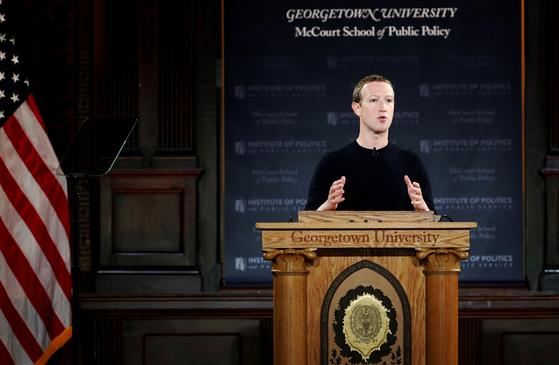 페이스북 CEO 마틴 주커버그가 17일 '표현의 자유'를 주제로 워싱턴DC에 위치한 조지타운대학에서 연설하고 있는 모습. [로이터=연합뉴스]