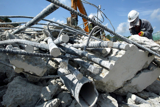 철거된 다리 상판을 건설폐기물 업체에서 분리하는 모습. [중앙포토]