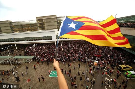 카탈루냐 분리독립을 지지하는 시위대가 14일 스페인 바로셀로나 공항에 운집해 항공편 110편이 취소됐다. [환구망 캡처, 시각중국]