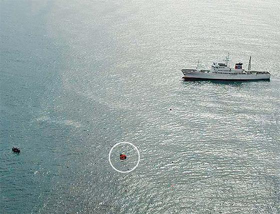 7일 동해상에서 북한 어선과 일본 어업 단속선(오른쪽)이 충돌해 북한 어선이 침몰했지만 선원들은 전원 구조됐다. 사고 해역은 일본의 배타적경제수역 내 '황 금어장'으로 알려진 대화퇴(大和堆) 인근으로 북·일 간 갈등이 잦았던 곳이다. [로이터=연합뉴스]