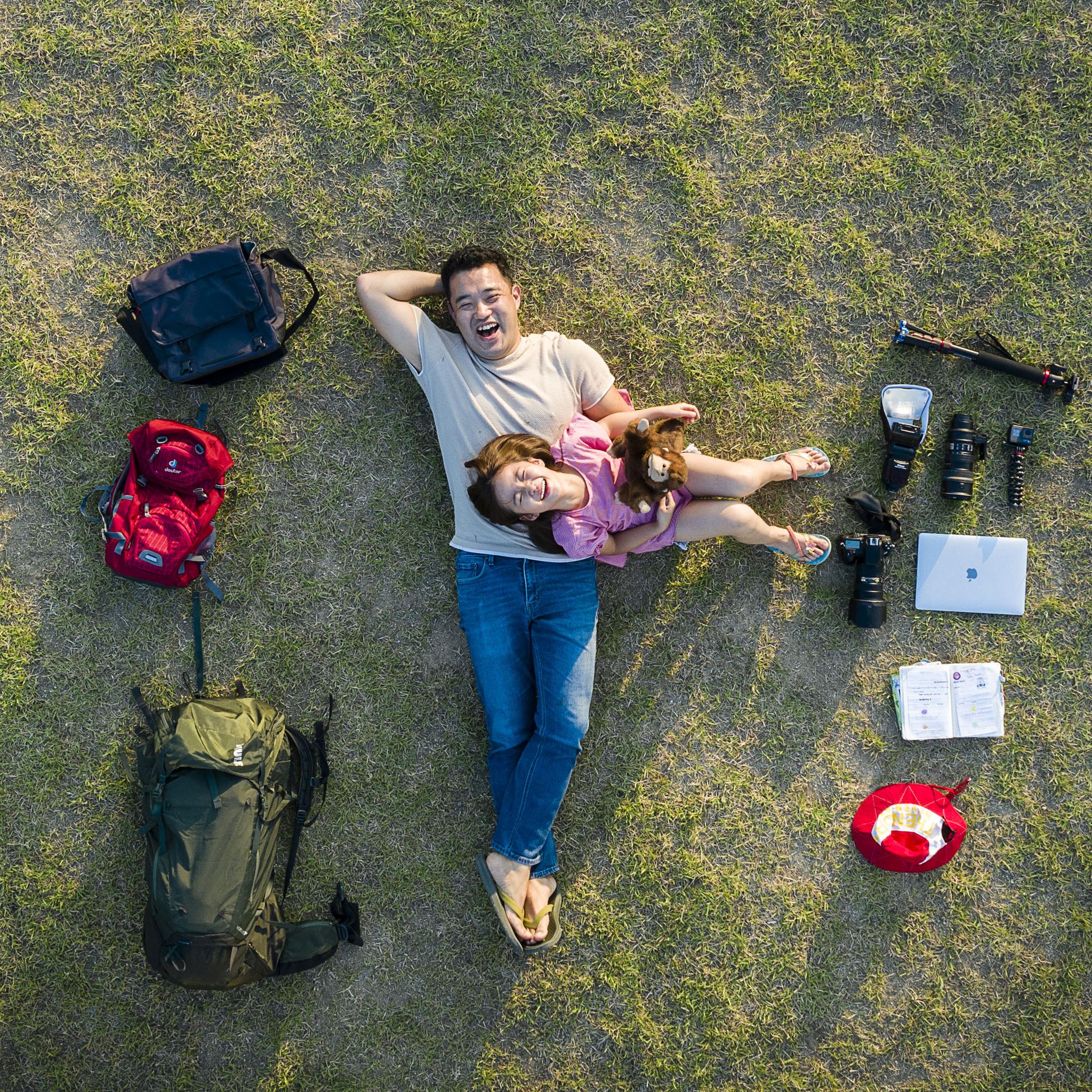 """아빠 이재용씨와 딸 서윤이는 192일간 세계여행을 다녀왔다. 엄마 없이 하는 첫 번째 여행이었다. 이씨는 이번 여행에 대해 """"세상에서 가장 잘한 일""""이라고 말했다. 아빠와 딸이 집근처 잔디밭에 누웠다. 왼쪽에는 여행 당시 사용한 가방이, 오른쪽에는 특별한 순간을 남기기 위한 카메라 장비들이 놓였다. 장진영 기자"""