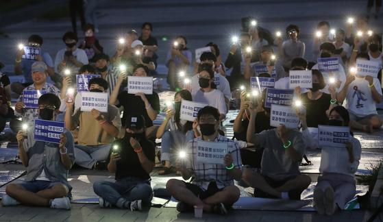 지난달 9일 오후 부산 금정구 부산대 정문 앞에서 '촛불을 든 부산대학교 학생들' 주최로 열린 3차 촛불집회에 참가한 학생들이 조국 법무부 장관의 사퇴를 촉구하며 휴대전화 불빛을 비추고 있다. 송봉근 기자