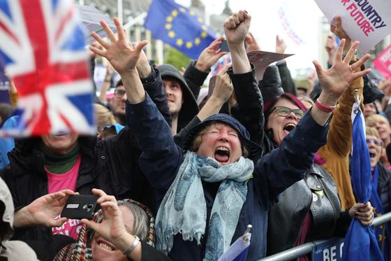 보리슨 존슨 영국 총리의 브렉시트 합의안에 대한 의회 승인을 보류토록 한 법안이 하원을 통과하자 EU 잔류파 시위대가 환호를 지르고 있다. [로이터=연합뉴스]