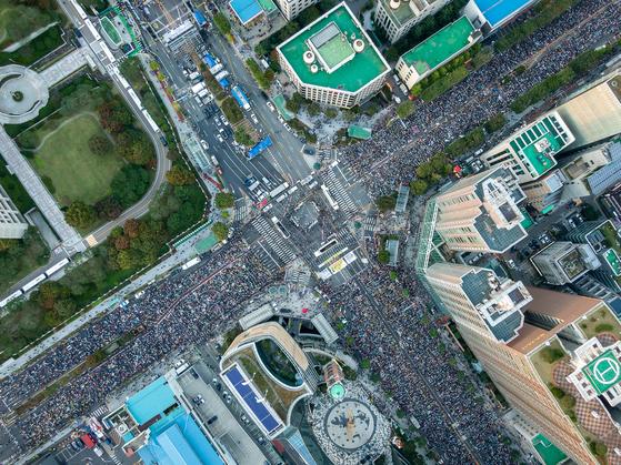 제9차 검찰개혁 촛불문화제가 열린 지난 12일 서울 서초역사거리에서 시민들이 '조국 수호·검찰개혁'을 촉구하고 있다. [뉴스1]