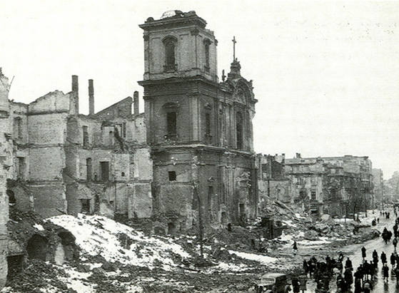 2차세계대전 중 파괴된 바르샤바의 성 십자가 성당. 전쟁이 끝난 후 성당은 재건되었고 쇼팽의 심장은 다시 성당안에 안치되었다. [사진 Wikimedia Commons (Public Domain)]