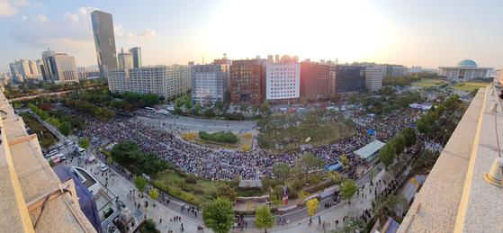 19일 오후 서울 여의도 국회 앞에서 열린 검찰개혁 10번째 촛불문화제에서 참가자들이 구호를 외치고 있다. [뉴스1]