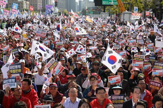 20일 오후 서울 세종대로 광화문광장에서 열린 국정대전환 촉구 국민보고대회에서 참석자들이 구호를 외치고 있다. [뉴스1]