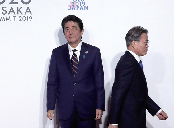 문재인 대통령이 7월 28일 오전 인텍스 오사카에서 열린 G20 정상회의 공식환영식에서 의장국인 일본 아베 신조 총리와 악수한 뒤 이동하고 있다. / 사진:연합뉴스
