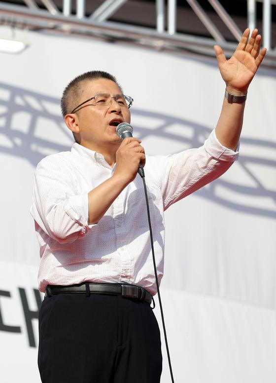 황교안 자유한국당 대표가 19일 오후 서울 세종대로 광화문광장에서 열린 국정대전환 촉구 국민보고대회에서 발언을 하고 있다. [뉴스1]