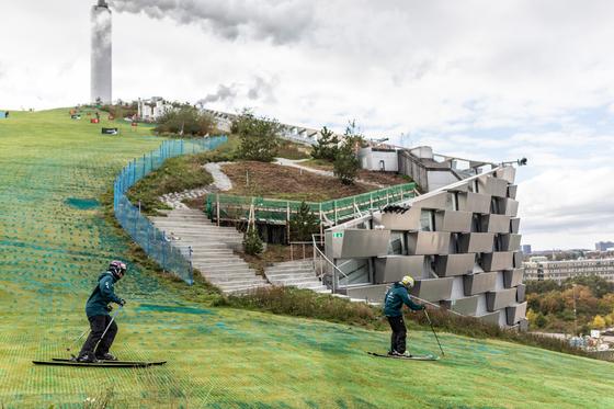 덴마크 수도 코펜하겐에 기상천외한 스키장 '코펜힐'이 지난 6일 개장했다. 쓰레기 소각장 지붕에 눈과 질감이 비슷한 네베플라스틱으로 슬로프를 만들었다. [사진 Ehrhornhummerston]