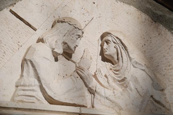 십자가를 짊어진 채 골고다 언덕을 향하던 예수는 길에서 어머니 마리아를 만났다. 예루살렘=백성호 기자