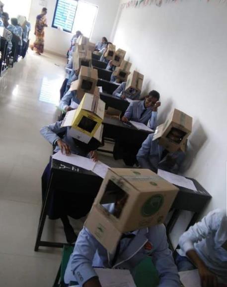 """지난 16일 인도 카르나타카주 하베리의 한 대학교 학생들이 커닝할 수 없도록 상자를 머리에 쓰고 화학시험을 치렀다. 이 사진이 트위터에 공개돼 논란이 되자 대학 측은 """"어떠한 강요도 없었다""""면서도 공식 사과했다. [연합뉴스]"""