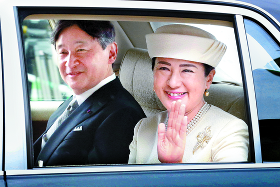 지난 5월 왕궁으로 향하는 나루히토 일왕과 마사코 왕비. [AP=연합뉴스]