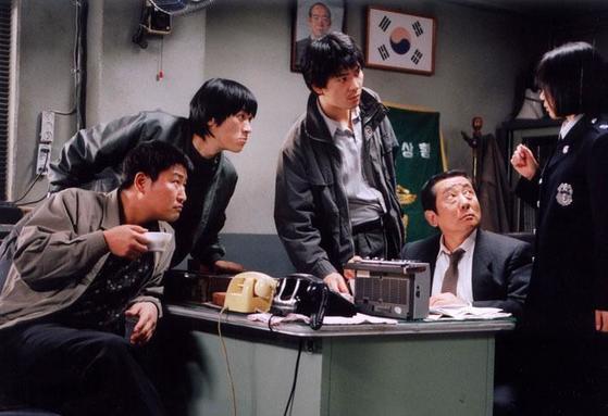 화성연쇄살인사건을 다룬 영화 '살인의 추억'에서 경찰관들이 범인을 추측하는 장면. [사진 CJ엔터테인먼트]