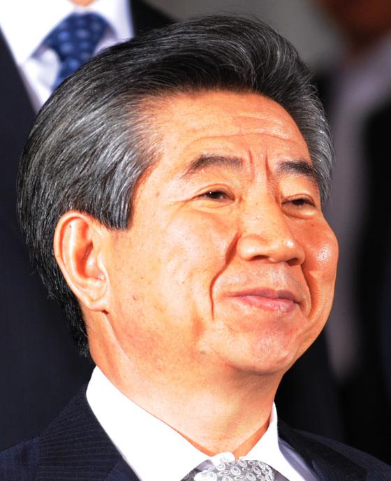 2009년 4월 30일 노무현 전 대통령이 대검찰청 중수부에서 밤 늦게까지조사를 받은 뒤 청사를 나오고있는 모습. [중앙포토]