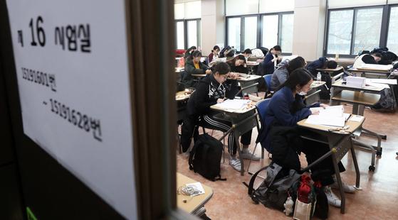 2019학년도 대학수학능력시험일인 지난해 11월 15일 오전 서울 중구 이화외고 시험장에서 수험생들이 초조한 얼굴로 시험 시작을 기다리고 있다. [뉴스1]