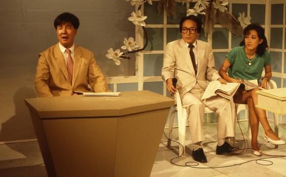 1988년 MBC '가요 초대석' 중 정치 사회를 풍자하는 '분장실 뉴스'코너를 담당했던 최병서 [중앙포토]