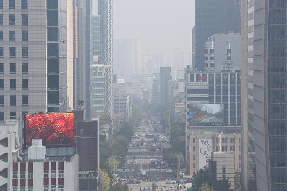 수도권과 강원 등 일부 지역의 미세먼지와 초미세먼지 농도가 '나쁨' 수준을 보이는 20일 오후 서울 종로구의 도심이 뿌옇다. [뉴스1]