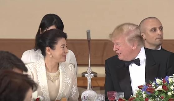 트럼프 대통령과 통역 없이 영어로 대화 나누는 일본 마사코 왕비. 둘이 직접 영어로 대화하자 뒤에 앉은 통역이 먼 곳을 보고 있다. [유튜브 캡처]