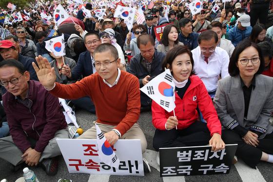 지난 9일 오후 서울 광화문광장에서 범보수단체 주최로 '조국 법무부 장관 사퇴 촉구 집회'가 열렸다. 이날 자유한국당 황교안 대표와 나경원 원내대표가 집회에 참석해 있다. 우상조 기자