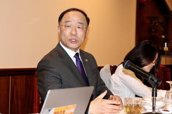 홍남기 경제부총리 겸 기획재정부 장관이 19일(현지시간) 미국 워싱턴에서 한국 특파원들과 간담회를 하고 있다.