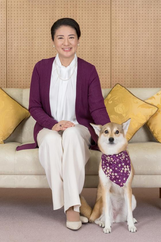 지난 12월 일본 왕실 궁내청이 공개한 마사코 왕비의 사진. 반려견 유리와 함께 포즈를 취했다. [일본 궁내청=APㆍ연합뉴스]