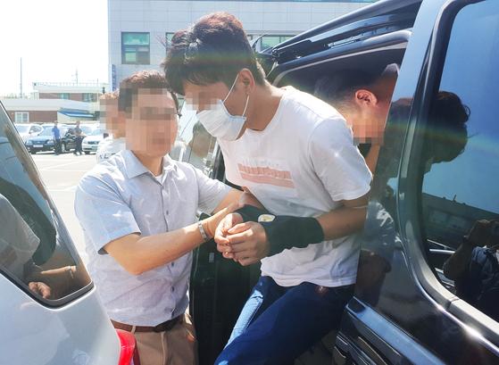 전북 익산의 한 원룸에서 20대 지적장애 여성을 살해한 뒤 야산에 암매장한 혐의를 받는 피의자 중 1명이 지난달 19일 법원에서 구속 전 피의자 심문(영장실질심사)을 받고 군산경찰서로 들어가고 있다. [뉴스1]